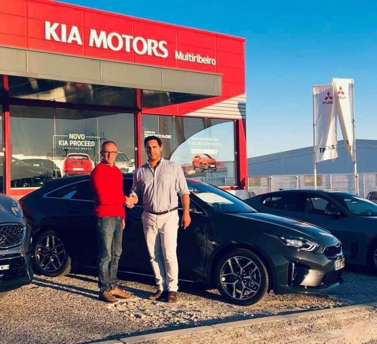 João Pinheiro entrega o Kia PROCEED GT Line ao cliente Carlos Alexandre.